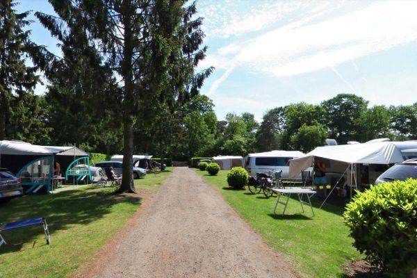 Kampeerplaatsen 211 t/m 223, u mag uw auto bij uw kampeermiddel parkeren